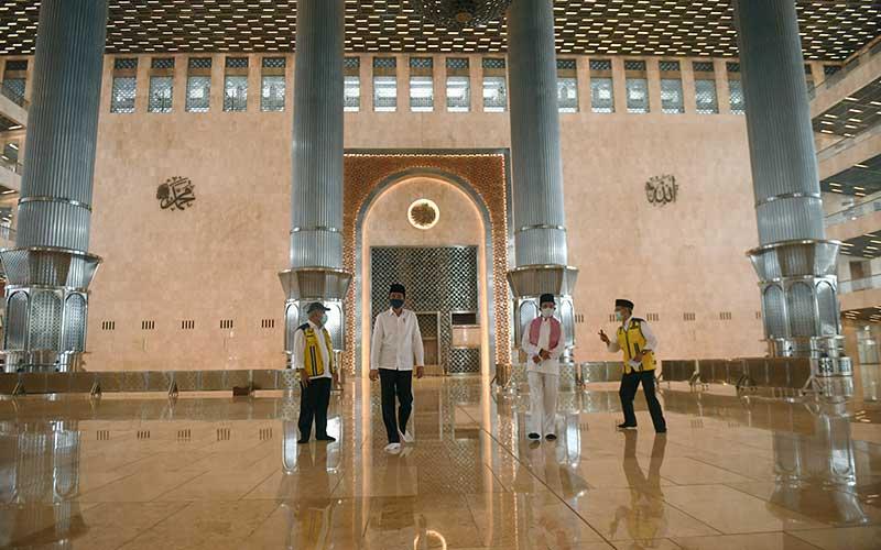 Presiden Joko Widodo (kedua kiri) didampingi Menteri PUPR Basuki Hadimuljono (kiri), Imam Besar Masjid Istiqlal Nasaruddin Umar (kedua kanan) dan Dirjen Cipta Karya Kementerian PUPR Danis Sumadilaga (kanan) meninjau perkembangan renovasi Masjid Istiqlal di Jakarta, Selasa (2/6/2020). Presiden menyatakan renovasi Masjid Istiqlal sudah mencapai 90 persen. ANTARA FOTO/Pool/Akbar Nugroho Gumay