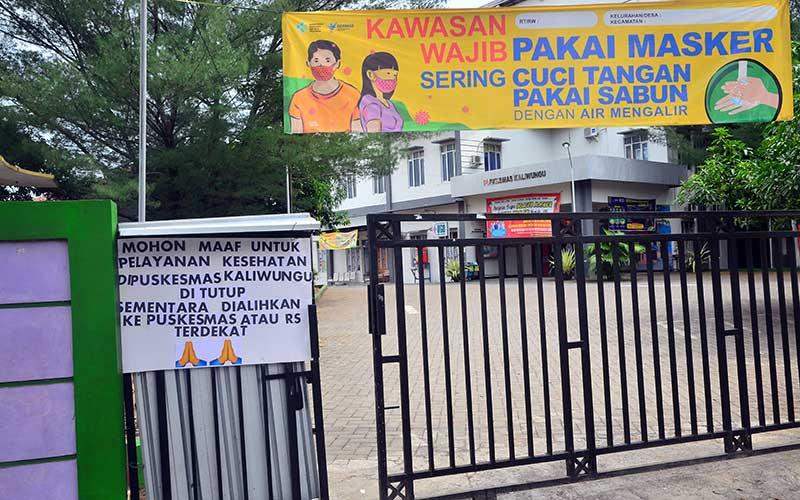 Suasana Puskesmas (Pusat Kesehatan Masyarakat) Kaliwungu yang ditutup sementara operasionalnya di Kaliwungu, Kudus, Jawa Tengah, Selasa (2/6/2020). Puskesmas pelayanan kesehatan publik tersebut ditutup sementara operasionalnya setelah enam tenaga kesehatan yang bekerja di Puskesmas itu terkonfirmasi positif COVID-19, sementara pelayanannya dialihkan ke Puskesmas atau Rumah Sakit terdekat. ANTARA FOTO/Yusuf Nugroho
