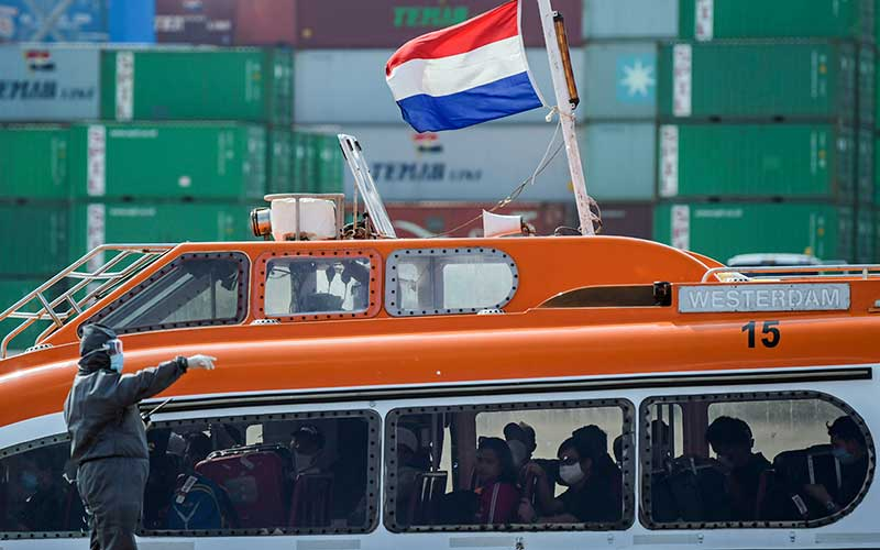 Sejumlah Warga Negara Indonesia (WNI) yang menjadi Anak Buah Kapal (ABK) Kapal Pesiar MV Westerdam tiba di Pelabuhan JICT 2, Tanjung Priok, Jakarta, Selasa (2/6/2020). Sebanyak 679 orang WNI ABK MV Westerdam tersebut akan menjalani serangkaian tes kesehatan sesuai protokol pencegahan COVID-19 seperti tes swab (PCR) sebelum menjalani isolasi mandiri di hotel. ANTARA FOTO/Galih Pradiptan
