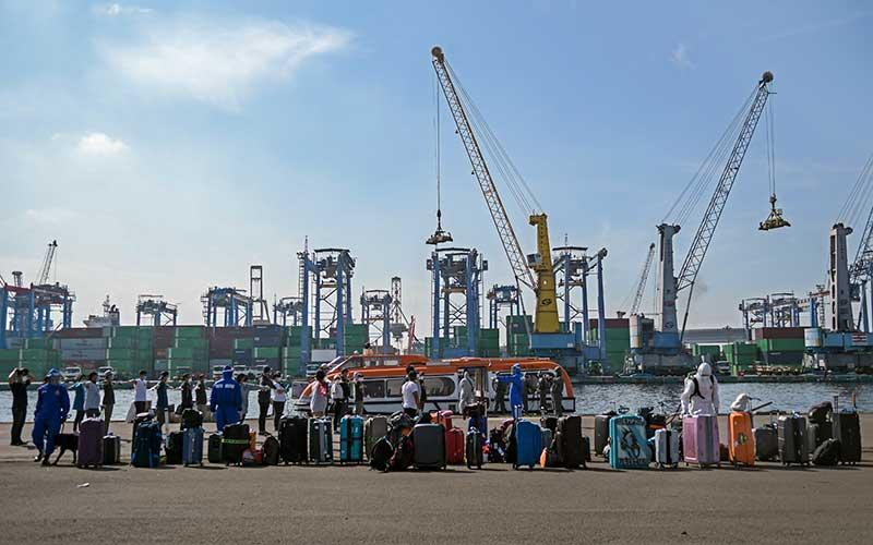 Sejumlah Warga Negara Indonesia (WNI) yang menjadi Anak Buah Kapal (ABK) Kapal Pesiar MV Westerdam tiba di Pelabuhan JICT 2, Tanjung Priok, Jakarta, Selasa (2/6/2020). Sebanyak 679 orang WNI ABK MV Westerdam tersebut akan menjalani serangkaian tes kesehatan sesuai protokol pencegahan COVID-19 seperti tes swab (PCR) sebelum menjalani isolasi mandiri di hotel. ANTARA FOTO/Galih Pradipta