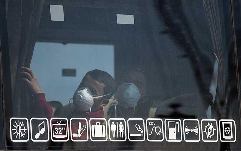 Warga Negara Indonesia (WNI) yang menjadi Anak Buah Kapal (ABK) Kapal Pesiar MV Westerdam berada dalam bus menuju hotel di Pelabuhan JICT 2, Tanjung Priok, Jakarta, Selasa (2/6/2020). Sebanyak 679 orang WNI ABK MV Westerdam tersebut akan menjalani serangkaian tes kesehatan sesuai protokol pencegahan COVID-19 seperti tes swab (PCR) sebelum menjalani isolasi mandiri di hotel. ANTARA FOTO/Galih Pradipta