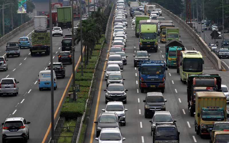 Antrean kendaraan di ruas tol lingkar luar atau Jakarta Outer Ring Road (JORR) arah Kampung Rambutan di kawasan Cilandak, Jakarta, Selasa (2/6/2020). Jelang penerapan kenormalan baru (New Normal) yang akan diberlakukan pemerintah, sejumlah jalan di Ibu Kota termasuk jalan tol relatif dipadati kendaraan. Bisnis/Arief Hermawan P