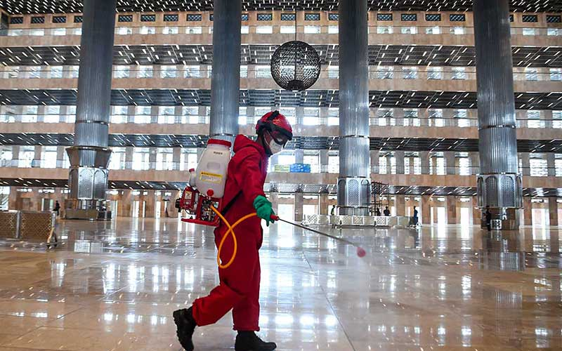 Petugas pemadam kebakaran dan penyelamatan DKI Jakarta menyemprotkan disinfektan di Masjid Istiqlal Jakarta, Rabu (3/6/2020). Penyemprotan tersebut sebagai upaya mencegah penyebaran virus corona (COVID-19) di rumah ibadah jika nantinya kembali dibuka untuk umum saat pemberlakuan tatanan hidup normal baru (new normal). ANTARA FOTO/Nova Wahyudi