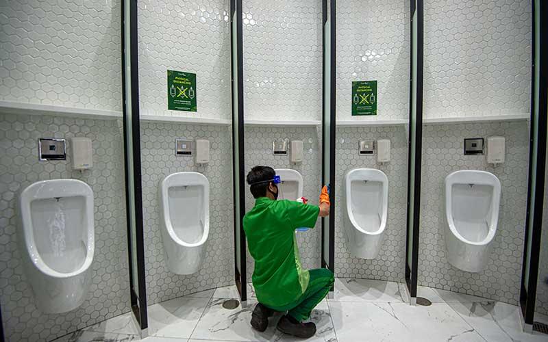 Petugas membersihkan fasilitas toilet dengan berstiker tanda jaga jarak di Mal Central Park, Jakarta, Rabu (3/6/2020). Selain menerapkan protokol kesehatan ketat, sejumlah pusat perbelanjaan juga menyediakan fasilitas pendukung 'physical distancing', seperti mesin pembersih tangan otomatis, mesin penjual masker, alat pendeteksi suhu, dan stiker tanda jaga jarak sebagai persiapan operasional di era normal baru. ANTARA FOTO/Aditya Pradana Putra