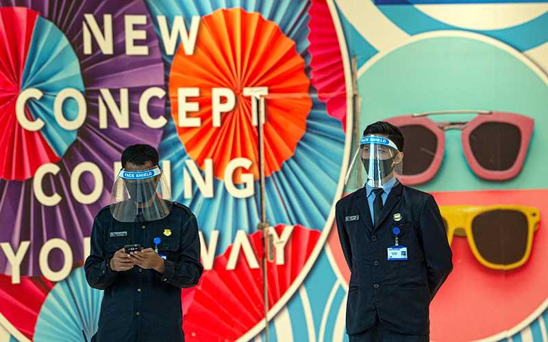 Petugas keamanan mengenakan masker dan berpelindung wajah saat bertugas di Mal Central Park, Jakarta, Rabu (3/6/2020). Selain menerapkan protokol kesehatan ketat, sejumlah pusat perbelanjaan juga menyediakan fasilitas pendukung 'physical distancing', seperti mesin pembersih tangan otomatis, mesin penjual masker, alat pendeteksi suhu, dan stiker tanda jaga jarak sebagai persiapan operasional di era normal baru. ANTARA FOTO/Aditya Pradana Putra