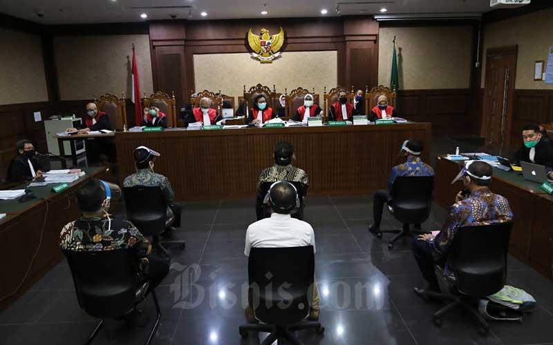 Terdakwa kasus dugaan korupsi pengelolaan dana dan penggunaan dana investasi pada PT Asuransi Jiwasraya (Persero) menjalani sidang perdana di Pengadilan Tindak Pidana Korupsi, Jakarta, Senin (3/6/2020). Sidang tersebut beragendakan pembacaan dakwaan untuk keenam orang terdakwa yaitu Direktur Utama PT Hanson Internasional Tbk. Benny Tjokrosaputro, Komisaris Utama PT Trada Alam Minera Tbk Heru Hidayat, Direktur Keuangan Jiwasraya periode 2013-2018 Hary Prasetyo, Direktur Utama Jiwasraya periode 2008-2018 Hendrisman Rahim, Mantan Kepala Divisi Investasi&Keuangan Jiwasraya Syahmirwan dan Direktur PT Maxima Integra Joko Hartomo Tirto. Bisnis/Eusebio Chrysnamurti