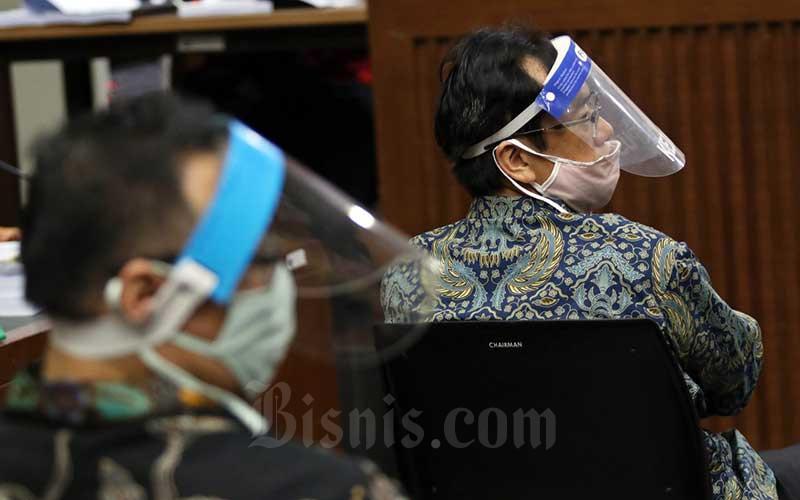 Terdakwa kasus dugaan korupsi pengelolaan dana dan penggunaan dana investasi pada PT Asuransi Jiwasraya (Persero) yang juga Direktur Utama PT Hanson Internasional Tbk. Benny Tjokrosaputro (kanan) bersama Direktur PT Maxima Integra Joko Hartomo Tirto (kiri) menjalani sidang perdana di Pengadilan Tindak Pidana Korupsi, Jakarta, Senin (3/6/2020). Sidang tersebut beragendakan pembacaan dakwaan untuk keenam orang terdakwa yaitu Direktur Utama PT Hanson Internasional Tbk. Benny Tjokrosaputro, Komisaris Utama PT Trada Alam Minera Tbk Heru Hidayat, Direktur Keuangan Jiwasraya periode 2013-2018 Hary Prasetyo, Direktur Utama Jiwasraya periode 2008-2018 Hendrisman Rahim, Mantan Kepala Divisi Investasi&Keuangan Jiwasraya Syahmirwan dan Direktur PT Maxima Integra Joko Hartomo Tirto. Bisnis/Eusebio Chrysnamurti
