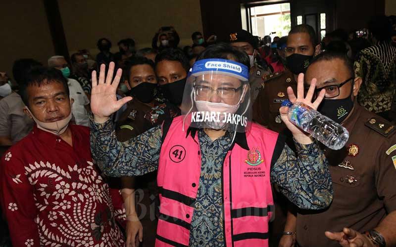 Terdakwa kasus dugaan korupsi pengelolaan dana dan penggunaan dana investasi pada PT Asuransi Jiwasraya (Persero) yang juga Direktur Utama PT Hanson Internasional Tbk. Benny Tjokrosaputro menjalani sidang perdana di Pengadilan Tindak Pidana Korupsi, Jakarta, Senin (3/6/2020). Sidang tersebut beragendakan pembacaan dakwaan untuk keenam orang terdakwa yaitu Direktur Utama PT Hanson Internasional Tbk. Benny Tjokrosaputro, Komisaris Utama PT Trada Alam Minera Tbk Heru Hidayat, Direktur Keuangan Jiwasraya periode 2013-2018 Hary Prasetyo, Direktur Utama Jiwasraya periode 2008-2018 Hendrisman Rahim, Mantan Kepala Divisi Investasi&Keuangan Jiwasraya Syahmirwan dan Direktur PT Maxima Integra Joko Hartomo Tirto. Bisnis/Eusebio Chrysnamurti
