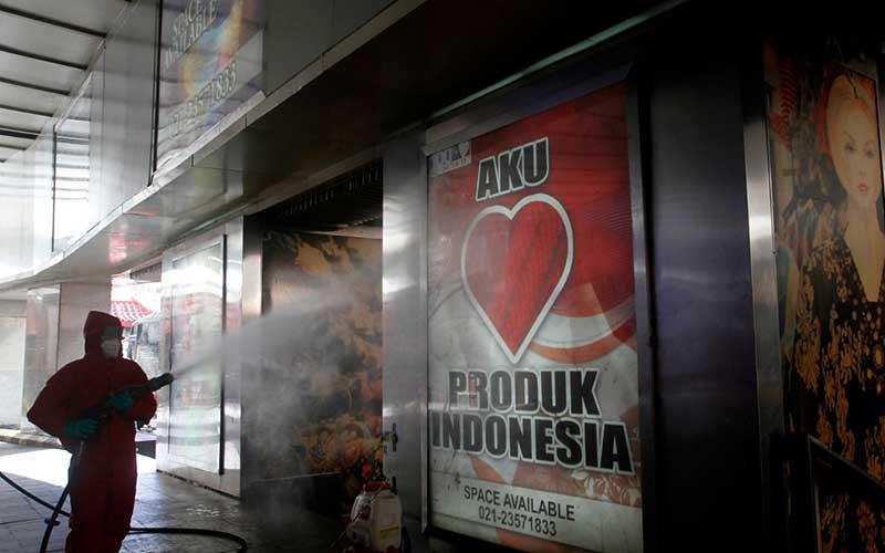 Petugas Pemadam Kebakaran (Damkar) melakukan penyemprotan desinfektan di Pasar Tanah Abang, Jakarta, Kamis (4/6/2020). Penyemprotan desinfektan tersebut sebagai upaya menyambut era normal baru di 141 pasar dengan rincian Jakarta Pusat 30 pasar, Jakarta Utara 25 pasar, Jakarta Barat 28 pasar, Jakarta Selatan 27 pasar dan Jakarta Timur 31 pasar. Bisnis/Himawan L Nugraha
