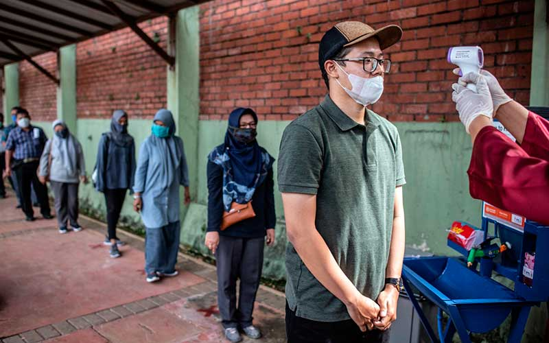 """Wisatawan melakukan pengukuran suhu tubuh saat berlangsungnya simulasi normal baru di TMII, Jakarta, Kamis (4/5/2020). Pengelola Taman Mini Indonesia Indah (TMII) telah mempersiapkan penerapan protokol kesehatan saat kehidupan normal baru atau """"new normal"""" diterapkan di DKI Jakarta diantaranya wajib menggunakan masker, pengecekan suhu, menyiapkan klinik kesehatan, menyediakan tempat cuci tangan, dan membatasi jumlah pengunjung hingga 50 persen. ANTARA FOTO/Aprillio Akbar"""