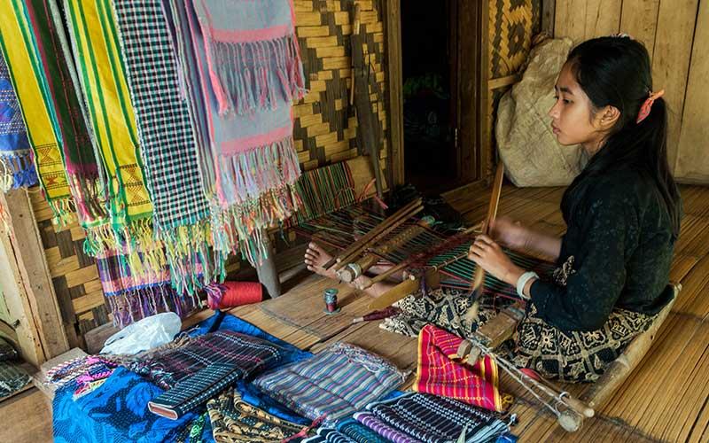Warga Suku Baduy Luar menenun kain khas Baduy di Desa Kanekes, Lebak, Banten, Senin (29/6/2020). Warga Suku Baduy Luar masih memproduksi kain tenun khas baduy meskipun permintaannya menurun akibat sepi wisatawan yang berkunjung ke wisata Suku Baduy. ANTARA FOTO/Muhammad Bagus Khoirunas