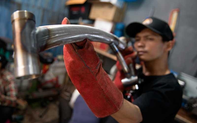 Karyawan mengukur rangka (frameset) sepeda lipat Kreuz di Bandung, Jawa Barat, Senin (29/6/2020). Sepeda lipat Kreuz dengan model yang terinspirasi merk sepeda Brompton ini merupakan karya dari sejumlah pemuda Bandung. Workshop UMKM sepeda lipat Kreuz tersebut mampu memproduksi frameset sebanyak 10-15 buah per bulannya dengan harga jual Rp3,5 juta dan antrean pemesanannya hingga Mei 2022. ANTARA FOTO/M Agung Rajasa