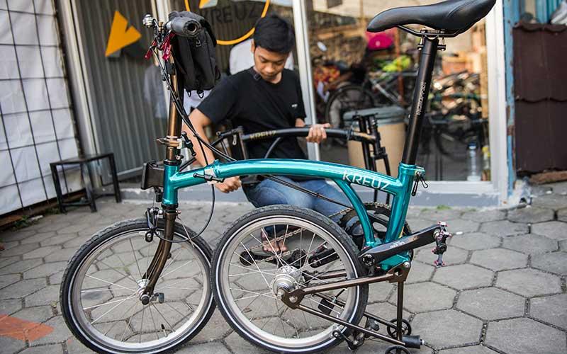 Karyawan memasang rangka (frameset) sepeda lipat Kreuz di Bandung, Jawa Barat, Senin (29/6/2020). Sepeda lipat Kreuz dengan model yang terinspirasi merk sepeda Brompton ini merupakan karya dari sejumlah pemuda Bandung. Workshop UMKM sepeda lipat Kreuz tersebut mampu memproduksi frameset sebanyak 10-15 buah per bulannya dengan harga jual Rp3,5 juta dan antrean pemesanannya hingga Mei 2022. ANTARA FOTO/M Agung Rajasa