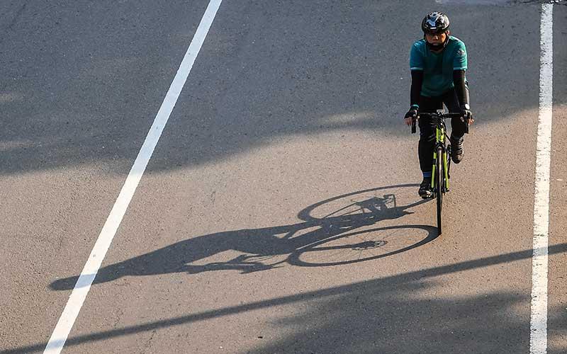 Warga mengayuh sepedanya saat melintas di jalan Medan Merdeka Barat, Jakarta, Selasa (30/6/2020). Untuk menyikapi maraknya penggunaan sepeda sebagai sarana transportasi oleh masyarakat, Kementerian Perhubungan menyiapkan regulasi terkait keselamatan pesepeda yang meliputi pemantul cahaya bagi pesepeda, jalur sepeda, serta penggunaan alat keselamatan. ANTARA FOTO/Nova Wahyudi