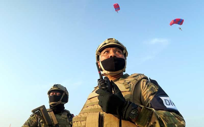 Panglima Komando Armada I, Laksamana Muda TNI Ahmadi Heri Purwono (kanan) didampingi Komandan Satuan Komando Pasukan Katak (Satkopaska) Koarmada I Kolonel Laut (P) Johan Wahyudi (kiri) melakukan parameter tempur saat Latihan Peperangan Laut Khusus 2020 di Pulau Damar, Kepulauan Seribu, Jakarta, Selasa (30/6/2020). Kegiatan tersebut bagian dari Latihan Peperangan Laut Khusus 2020 sebagai upaya pembinaan kesiapsiagaan dan kemampuan pasukan untuk meningkatkan profesionalisme, keterampilan, dan kesiapan operasional Satuan Kopaska dalam menjaga keutuhan NKRI. ANTARA FOTO/M Risyal Hidayat