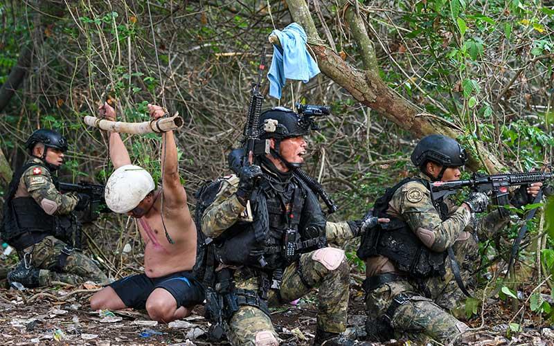 Prajurit Satuan Komando Pasukan Katak (Satkopaska) Koarmada I melakukan penyerbuan saat Latihan Peperangan Laut Khusus 2020 di Pulau Damar, Kepulauan Seribu, Jakarta, Selasa (30/6/2020). Kegiatan tersebut bagian dari Latihan Peperangan Laut Khusus 2020 sebagai upaya pembinaan kesiapsiagaan dan kemampuan pasukan untuk meningkatkan profesionalisme, keterampilan, dan kesiapan operasional Satuan Kopaska dalam menjaga keutuhan NKRI. ANTARA FOTO/M Risyal Hidayat
