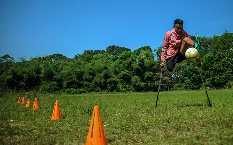 Atlet timnas Indonesia Amputee Football, Aditya menjalani sesi latihan mandiri di Lapangan Sepakbola Kiarapayung, Jatinangor, Kabupaten Sumedang, Jawa Barat, Selasa (30/6/2020). Latihan mandiri tersebut dilakukan sebagai salah satu persiapan atlet untuk menghadapi Piala Asia Amputee Football 2020 di Selangor Malaysia yang tengah ditunda akibat pandemi Covid-19. ANTARA FOTO/Raisan Al Farisi