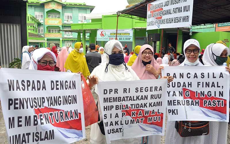 Sejumlah massa dari Organisasi Perempuan Muslim Sumatera Utara melakukan deklarasi tolak Rancangan Undang-Undang Haluan Ideologi Pancasila (RUU HIP) di Medan, Sumatera Utara, Selasa (30/6/2020). Dalam aksi deklarasi tersebut mereka menuntut pencabutan dan pembatalan RUU HIP dari program legislasi nasional (Prolegnas) 2020. ANTARA FOTO/Septianda Perdana
