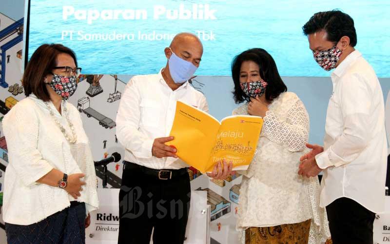 Direktur Utama PT Samudera Indonesia Tbk. Bani Maulana Mulia (dari kanan) berbincang dengan Direktur Kepatuhan Farida Helianti Sastrosatomo, Direktur Keuangan Ridwan Hamid, dan Direktur SDM Tara Hidayat di sela-sela Rapat Umum Pemegang Saham (RUPS) di Jakarta, Selasa (30/6/2020). RUPS ini menetapkan Bani Maulana Mulia sebagai Direktur Utama menggantikan Masli Mulia yang bergabung ke dalam jajaran Komisaris, serta pembagian dividen sebesar Rp26,2 miliar dentan Rp8 per lembar saham. PT Samudera Indonesia Tbk. (SMDR) optimistis meraih peningkatan kinerja pada tahun 2020 menyusul pencapaian laba bersih sebesar US$4,9 juta hingga Mei 2020, meningkat dua kali lipat dibandingkan periode yang sama tahun lalu. Bisnis/Arief Hermawan P