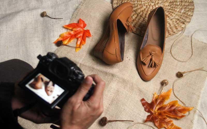 Pekerja memotret produk sepatu kulit kualitas ekspor sebelum dipasarkan melalui pasar daring atau marketplace di rumah produksi Shoeka Shoes di Malang, Jawa Timur, Selasa (30/6/2020). Pengusaha sepatu kulit ekspor setempat mengaku mengandalkan pemasaran digital serta berinovasi membuat produk baru yang murah dan disukai konsumen untuk mengatasi anjloknya permintaan dari seribu pasang menjadi enam ratus pasang per bulan atau menurun 40 persen akibat pandemi Covid-19. ANTARA FOTO/Ari Bowo Sucipto