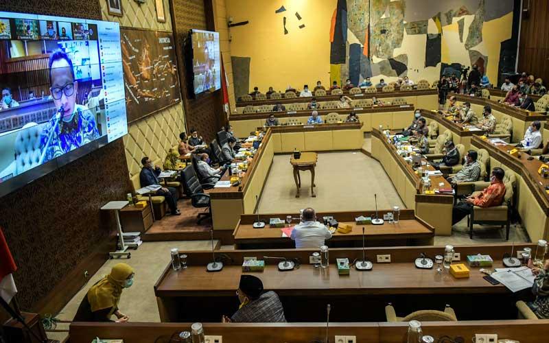 Menteri Dalam Negeri Tito Karnavian menyampaikan tanggapan saat mengikuti rapat kerja dengan Komisi II DPR di Kompleks Parlemen Senayan, Jakarta, Selasa (30/6/2020). Rapat tersebut menyetujui Perppu Nomor 2 Tahun 2020 tentang Perubahan Ketiga atas Undang-undang Nomor 1 Tahun 2015 tentang Penetapan Peraturan Pemerintah Pengganti Undang-Undang Nomor 1 Tahun 2014 tentang Pemilihan Gubernur, Bupati, dan Wali kota menjadi Undang-Undang dan disahkan dalam rapat paripurna. ANTARA FOTO/Galih Pradipta