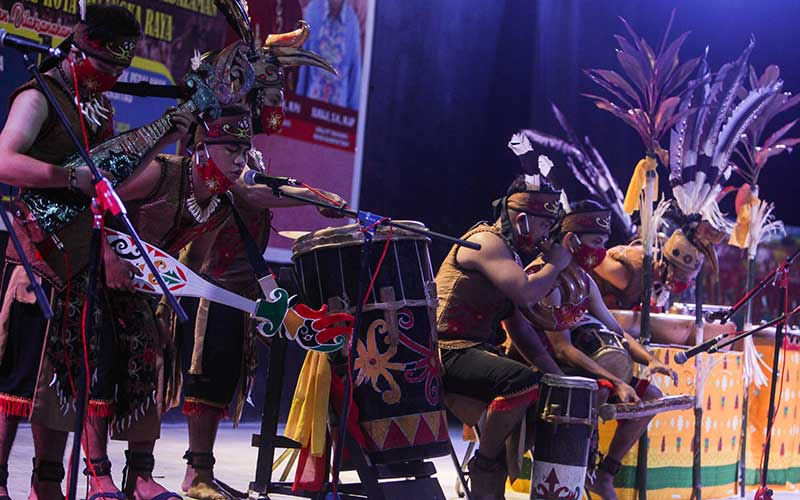 Kelompok musik daerah Sanggar Sendratasik memainkan alat musik tradisional saat mengikuti lomba musik etnik pedalaman Dayak Kalteng di Taman Budaya, Palangkaraya, Kalimantan Tengah, Selasa (30/6/2020) malam. Lomba yang diikuti oleh sejumlah mahasiswa di kota tersebut sebagai upaya seniman daerah setempat untuk melestarikan budaya Dayak Kalteng serta membangkitkan semangat seniman saat pandemi COVID-19. ANTARA FOTO/Makna Zaezar/aww.