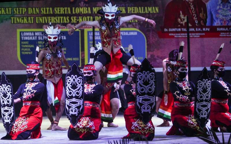 Kelompok tari Sanggar Bukit Kahiyas menampilkan tarian Mamparahan Kamenteng saat mengikuti lomba musik etnik pedalaman Dayak Kalteng di Taman Budaya, Palangkaraya, Kalimantan Tengah, Selasa (30/6/2020) malam. Lomba yang diikuti oleh sejumlah mahasiswa di kota tersebut sebagai upaya seniman daerah setempat untuk melestarikan budaya Dayak Kalteng serta membangkitkan semangat seniman saat pandemi COVID-19. ANTARA FOTO/Makna Zaezar