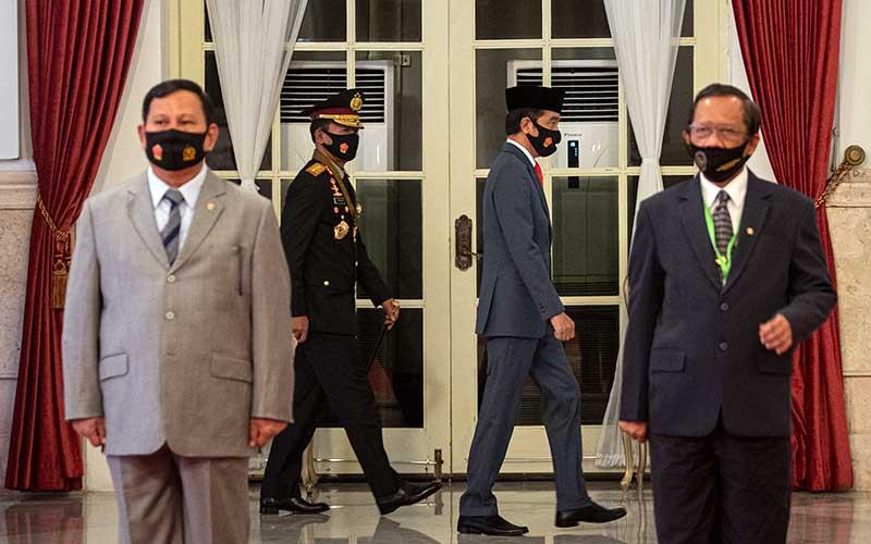 Presiden Joko Widodo (kedua kanan) didampingi Kapolri Jenderal Pol Idham Aziz (kedua kiri) tiba dalam Peringatan Ke-74 Hari Bhayangkara Tahun 2020 di Istana Negara, Jakarta, Rabu (1/7/2020). ANTARA FOTO/Sigid Kurniawan/POOL