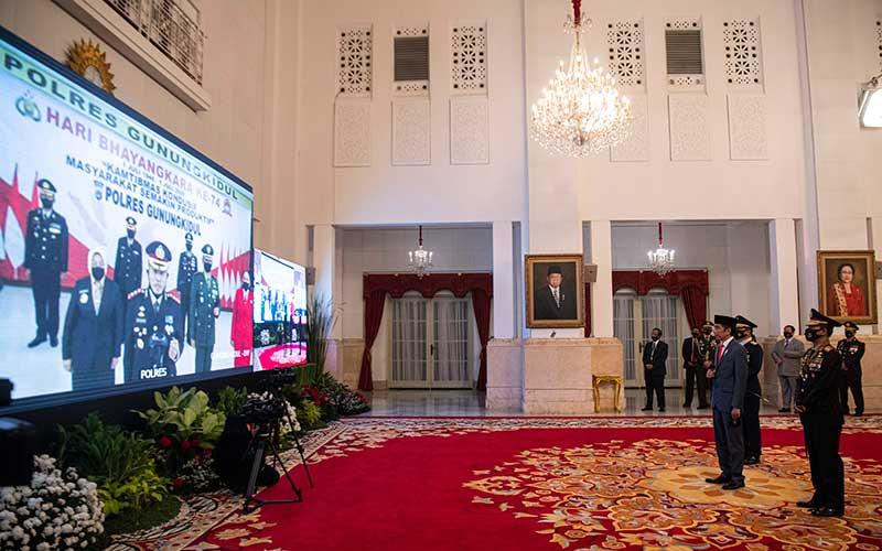 Presiden Joko Widodo (kedua kanan) didampingi Kapolri Jenderal Pol Idham Aziz (kanan) menyapa peserta upacara secara virtual dalam Peringatan ke-74 Hari Bhayangkara Tahun 2020 di Istana Negara, Jakarta, Rabu (1/7/2020). ANTARA FOTO/Sigid Kurniawan/POOL
