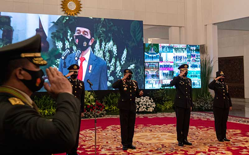 Sejumlah peserta upacara yang dipimpin oleh Presiden Joko Widodo mengikuti Peringatan ke-74 Hari Bhayangkara Tahun 2020 di Istana Negara, Jakarta, Rabu (1/7/2020). ANTARA FOTO/Sigid Kurniawan/POOL