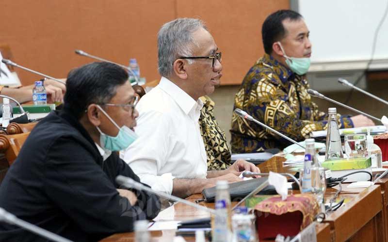 Direktur Utama PT Hutama Karya (Persero) Budi Harto (kedua kiri) saat menghadiri rapat dengar pendapat dengan Komisi VII DPR di Jakarta, Rabu (1/7/2020). Rapat tersebut antara lain membahas pendalaman terkait Pencairan Hutang Pemerintah ke BUMN TA 2020. Bisnis/Dedi Gunawan