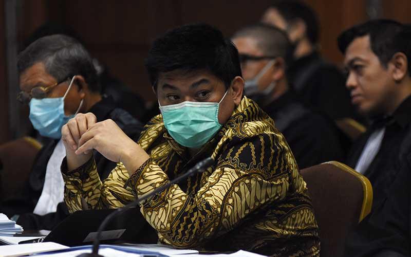 Terdakwa Komisaris Utama PT Trada Alam Minera (TRAM) Heru Hidayat (kedua kiri) didampingi kuasa hukumnya mendengarkan keterangan saksi pada sidang lanjutan kasus korupsi pengelolaan keuangan dan dana investasi PT Asuransi Jiwasraya di Pengadilan Tipikor, Jakarta Rabu (1/7/2020). Sidang beragenda mendengarkan keterangan lima orang saksi yang dihadirkan JPU dari Kejaksaan Agung, salah satunya Direktur Utama PT Asuransi Jiwasraya Hexana Tri Sasongko. ANTARA FOTO/Indrianto Eko Suwarso