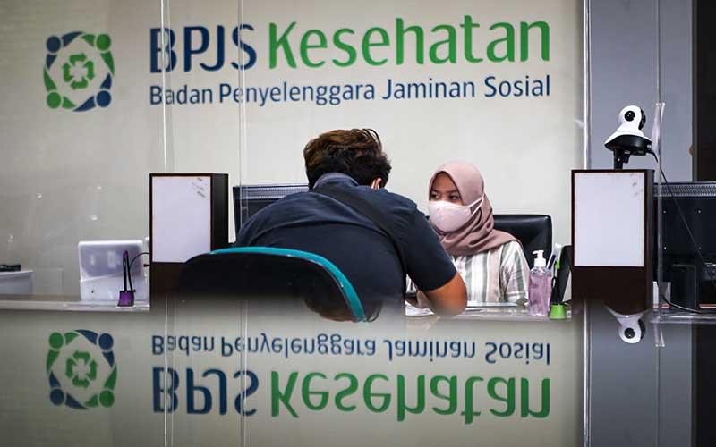 Pegawai melayani peserta BPJS Kesehatan di Cikokol, Kota Tangerang, Banten, Rabu (1/7/2020). BPJS Kesehatan resmi menaikkan kembali iuran bagi peserta mandiri layanan kelas I dari Rp 80 ribu menjadi Rp 150 ribu dan kelas II dari Rp 55 ribu menjadi Rp 110 ribu mulai 1 Juli 2020. ANTARA FOTO/Fauzan