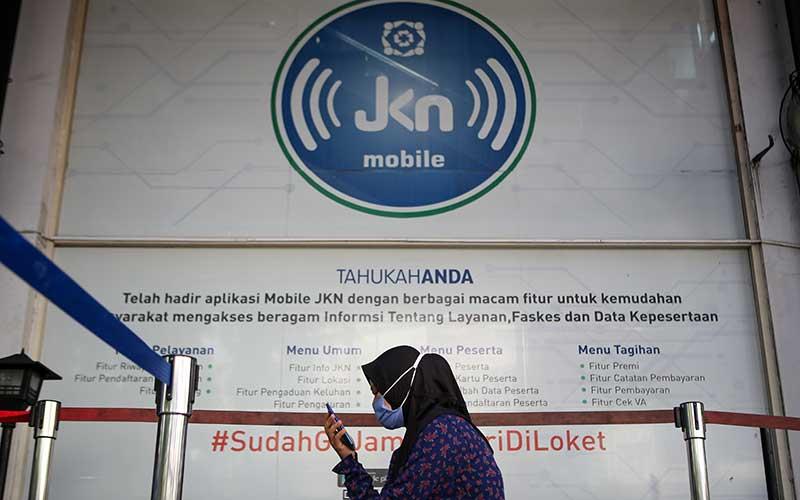 Peserta BPJS Kesehatan mengantre di Cikokol, Kota Tangerang, Banten, Rabu (1/7/2020). BPJS Kesehatan resmi menaikkan kembali iuran bagi peserta mandiri layanan kelas I dari Rp 80 ribu menjadi Rp 150 ribu dan kelas II dari Rp 55 ribu menjadi Rp 110 ribu mulai 1 Juli 2020. ANTARA FOTO/Fauzan