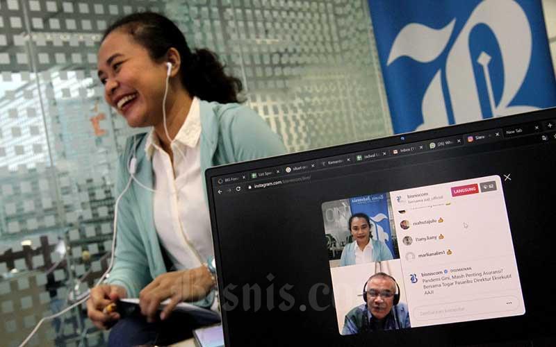 Content Manager Bisnis Indonesia Ropesta Sitorus memoderatori diskusi dengan Direktur Eksekutif Asosiasi Asuransi Jiwa Indonesia (AAJI) Togar Pasaribu melalui live Instagram di Jakarta, Kamis (2/7/2020). Bisnis/Arief Hermawan P