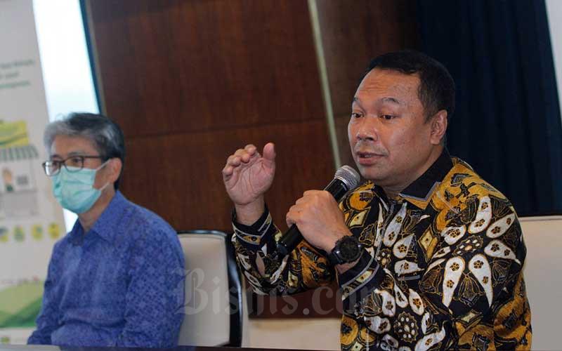 Direktur Utama Bank Bukopin Rivan A. Purwantono (kanan) didampingi Direktur Jong-Hwan Han (kiri) memberikan pemaparan kepada media di Jakarta, Kamis (2/7/2020). Bisnis/Himawan L Nugraha