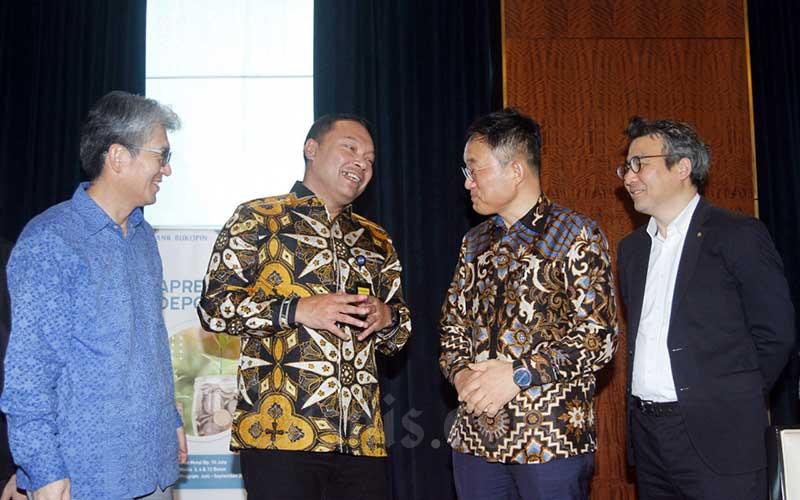 Direktur Utama Bank Bukopin Rivan A. Purwantono (kedua kiri) berbincang dengan Komisaris Chang Su Choi (kedua kanan), Direktur Jong-Hwan Han (kiri), dan Managing Director KB Kookmin Bank Jikyu Jang di sela-sela memberikan pemaparan kepada media di Jakarta, Kamis (2/7/2020). Bisnis/Himawan L Nugraha