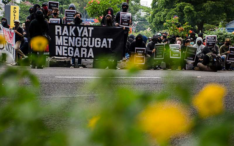 Massa yang tergabung dalam Aliansi Rakyat Menggugat melakukan aksi unjuk rasa di Taman Vanda, Bandung, Jawa Barat, Kamis (2/7/2020).ANTARA FOTO/Novrian Arbi
