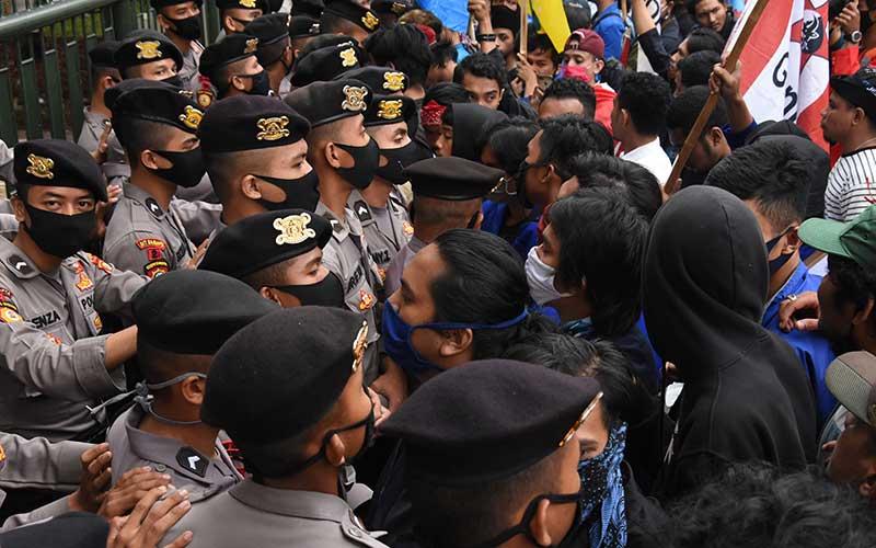 Massa yang tergabung dalam Gerakan Mahasiswa Jakarta Bersatu melakukan aksi unjuk rasa di depan gedung Kementerian Pendidikan dan Kebudayaan, Jakarta, Kamis (2/7/2020). ANTARA FOTO/Indrianto Eko Suwarso