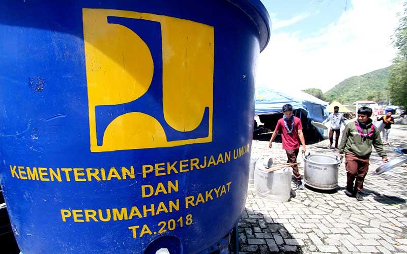 Sejumlah relawan membawa peralatan memasak untuk dicuci di hidran umum di lapangan Taruna, Kota Gorontalo, Gorontalo, Sabtu (4/7/2020). ANTARA FOTO/Adiwinata Solihin