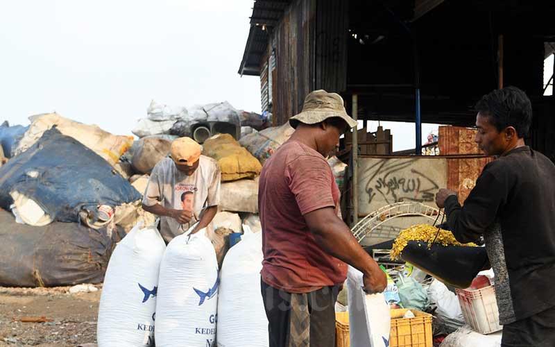 Pekerja beraktifitas di tempat pengolahan limbah plastik di Jakarta, Sabtu (4/7/2020). Bisnis/Abdurachman