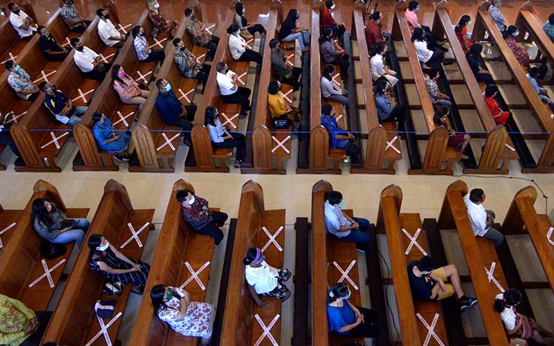 Umat Katolik mengikuti ibadah hari Minggu di Gereja Katolik Roh Kudus Katedral Denpasar, Bali, Minggu (5/7/2020). ANTARA FOTO/Fikri Yusuf