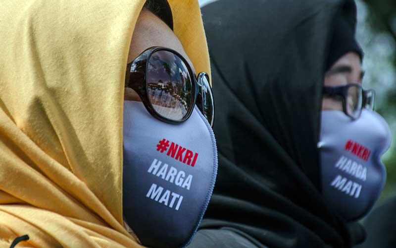 Massa yang tergabung dalam Aliansi Umat dan Tokoh Jawa Barat berunjuk rasa di depan Gedung Sate Bandung, Jawa Barat, Minggu (5/7/2020). Mereka menolak pembahasan Rancangan Undang-Undang Haluan Ideologi Pancasila (RUU HIP) karena dianggap mencoreng nilai ideologi Pancasila serta dianggap kembali menghidupkan ajaran komunis. ANTARA FOTO/Novrian Arbi