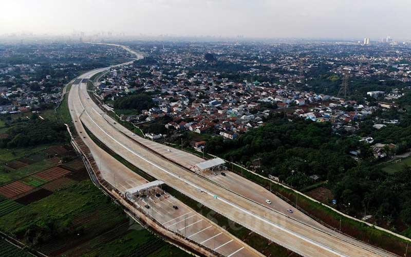 Sejumlah kendaraan melintas di Gerbang Tol Sawangan 4 ruas Tol Depok-Antasari (Desari) Seksi 2 Brigif-Sawangan di kawasan Depok, Jawa Barat, Minggu (5/7/2020). Jalan tol ini resmi dioperasikan sejak Jumat (3/7) dan dapat dilalui secara gratis selama dua pekan. Bisnis/Arief Hermawan P