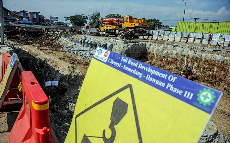 Pekerja menyelesaikan proyek pembangunan simpang susun Cileunyi yang merupakan bagian dari proyek strategis nasional Jalan Tol Cileunyi-Sumedang-Dawuan (Cisumdawu) di Cileunyi, Kabupaten Bandung, Jawa Barat, Senin (6/7/2020). Kementerian PUPR menargetkan pembangunan Jalan Tol Cisumdawu yang memiliki panjang 61,5 kilometer serta akses baru menuju Bandara Internasional Jawa Barat tersebut dapat rampung pada akhir tahun 2020. ANTARA FOTO/Raisan Al Farisi