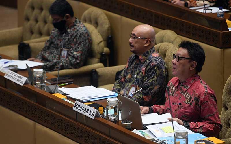 Menpan RB Tjahjo Kumolo (kanan) mengikuti rapat kerja dengan Komisi II DPR di Kompleks Parlemen, Senayan, Jakarta, Senin (6/7/2020). Rapat itu membahas evaluasi kinerja tahun 2019 hingga Juni 2020. ANTARA FOTO/Akbar Nugroho Gumay