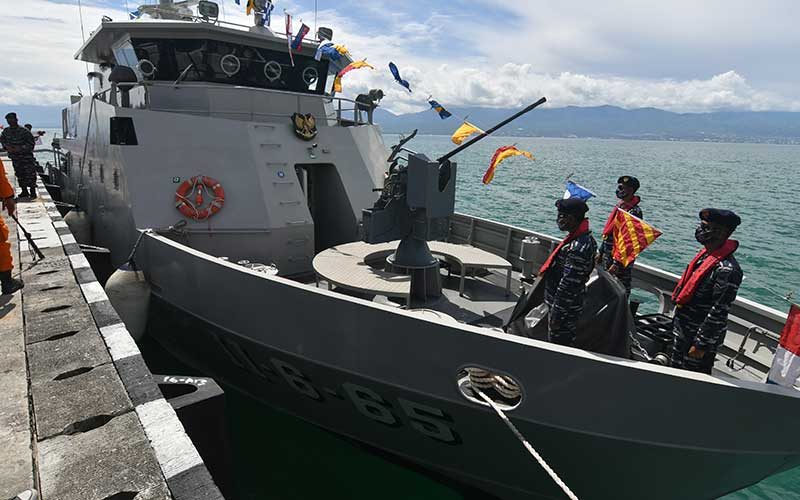 Personel Kapal Angkatan Laut (KAL) Talise berjaga di atas kapal saat bersandar di Dermaga Pangkalan TNI AL (Lanal) Palu di Palu, Sulawesi Tengah, Senin (6/7/2020). Kehadiran Kapal perang produksi dalam negeri yang dilengkapi dengan sejumlah sistem persenjataan itu akan menjalankan tugas dan fungsinya untuk memperkuat pertahanan dan mendukung Lanal Palu dalam patroli serta penegakan hukum di laut guna menjaga kedaulatan NKRI. ANTARA FOTO/Mohamad Hamzah
