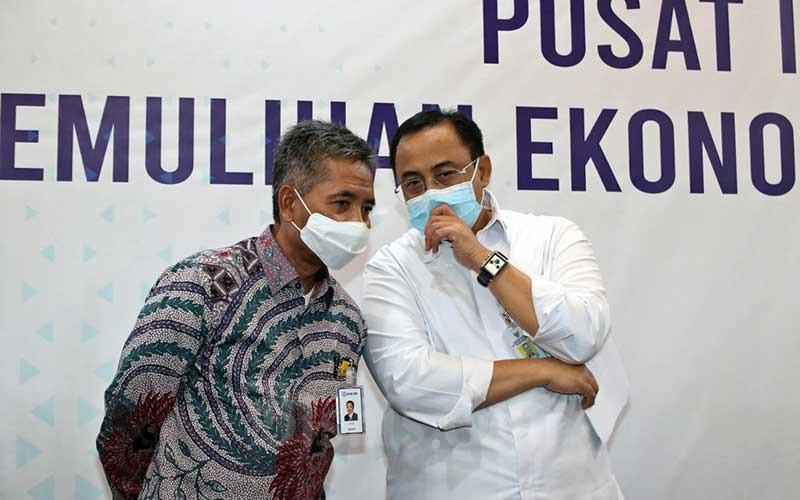 Sekretaris Kementerian Koperasi dan UKM Rully Indrawan (kanan) berbincang dengan Direktur Bisnis Mikro BRI Supari disela-sela memberikan paparan mengenai Program Pemulihan Ekonomi Nasional di Kantor Kementerian Koperasi dan UKM, Jakarta, Senin (6/7/2020). Dalam keterangan persnya, total anggaran dana Pemulihan Ekonomi Nasional (PEN) untuk UMKM sebesar Rp 123,46 triliun dan tidak semuanya dilaksanakan KemenkopUKM melainkan dikerjakan lintas Kementerian/ Lembaga dan BUMN. Bisnis/Eusebio Chrysnamurti