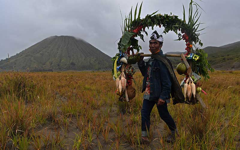Masyarakat Suku Tengger berpose dengan ongkek sebelum dibawa ke pura di kawasan Gunung Bromo, Probolinggo, Jawa Timur, Senin (6/7/2020). Ongkek tersebut di bawa ke pura untuk didoakan sebelum di larung di kawah Gunung Bromo pada perayaan Yadnya Kasada. ANTARA FOTO/Zabur Karuru