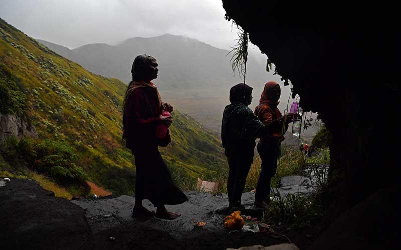 Masyarakat Suku Tengger mengambil air suci di Goa Widodaren di kawasan Gunung Bromo, Probolinggo, Jawa Timur, Senin (6/7/2020). Ritual berdoa dan ambil air suci tersebut merupakan rangkaian perayaan Yadnya Kasada bagi masyarakat Suku Tengger. ANTARA FOTO/Zabur Karuru